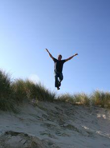 Mann som hopper. Foto.