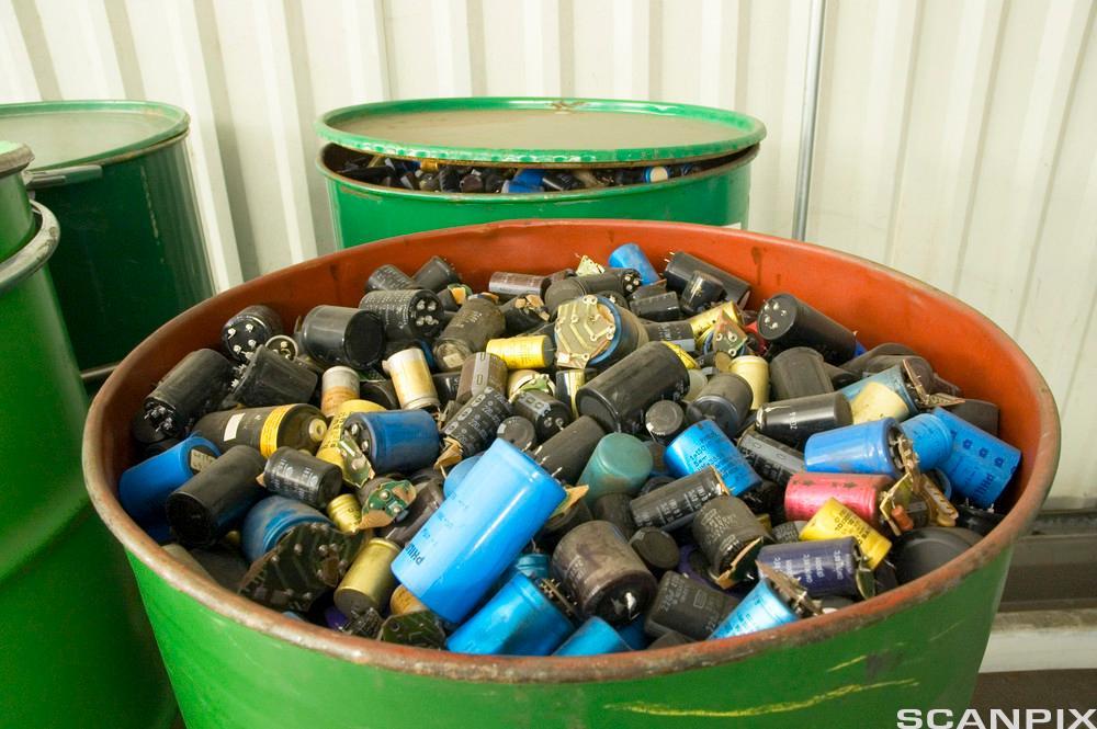 Bilde av gammle batterier som er levert til oppsamlingsplass