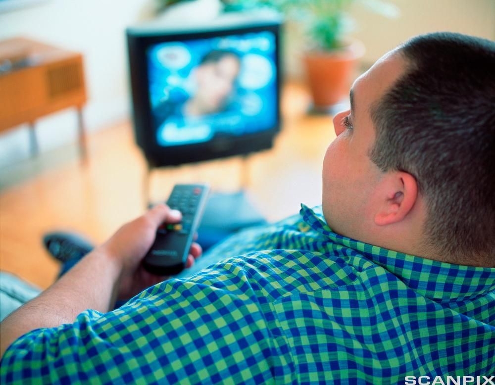 Mann ser på tv