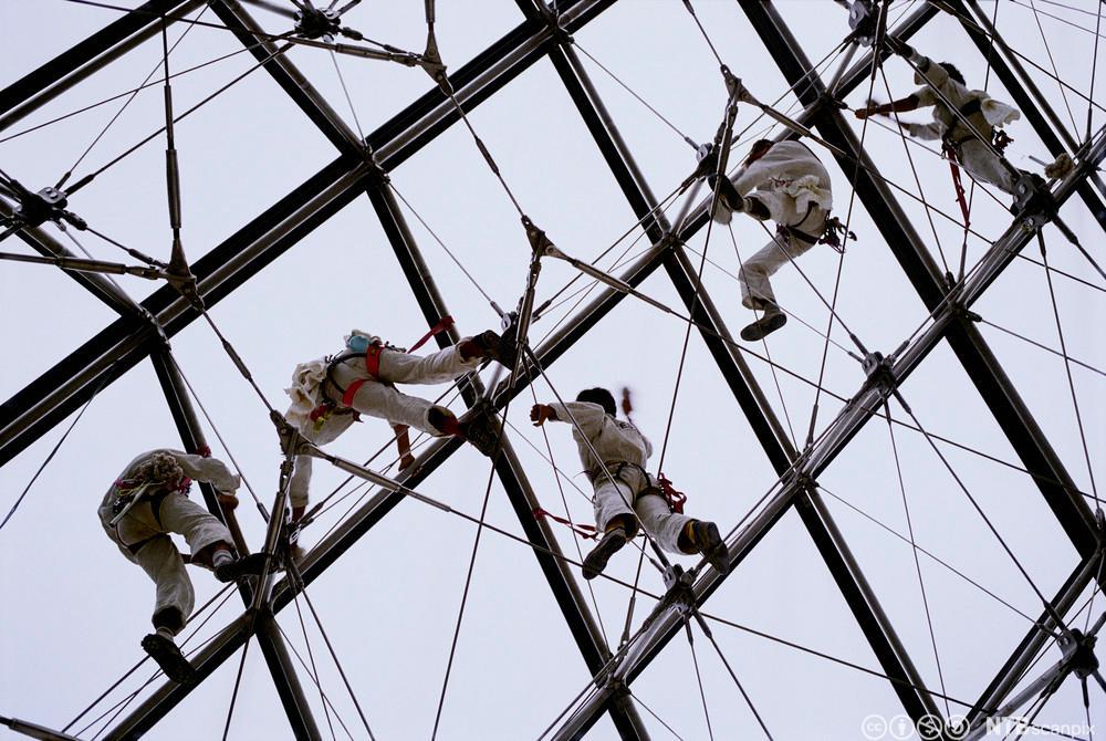 Arbeid utføres på Louvre-pyramiden. Foto.