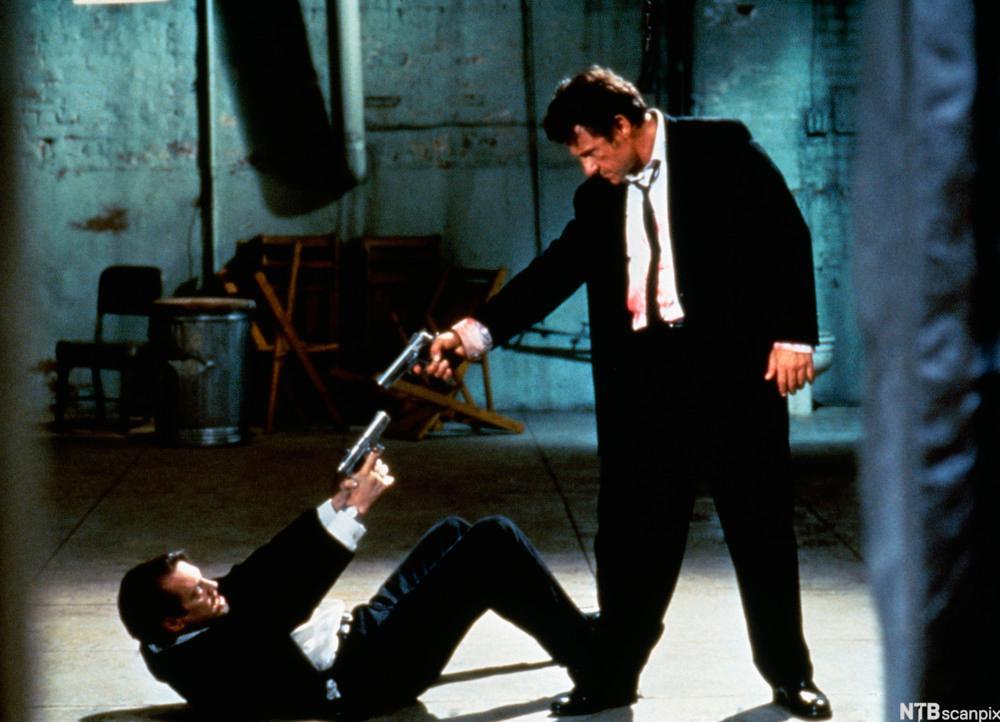 Scene fra filmen Reservoir dogs der to menn sikter på hverandre med pistol.