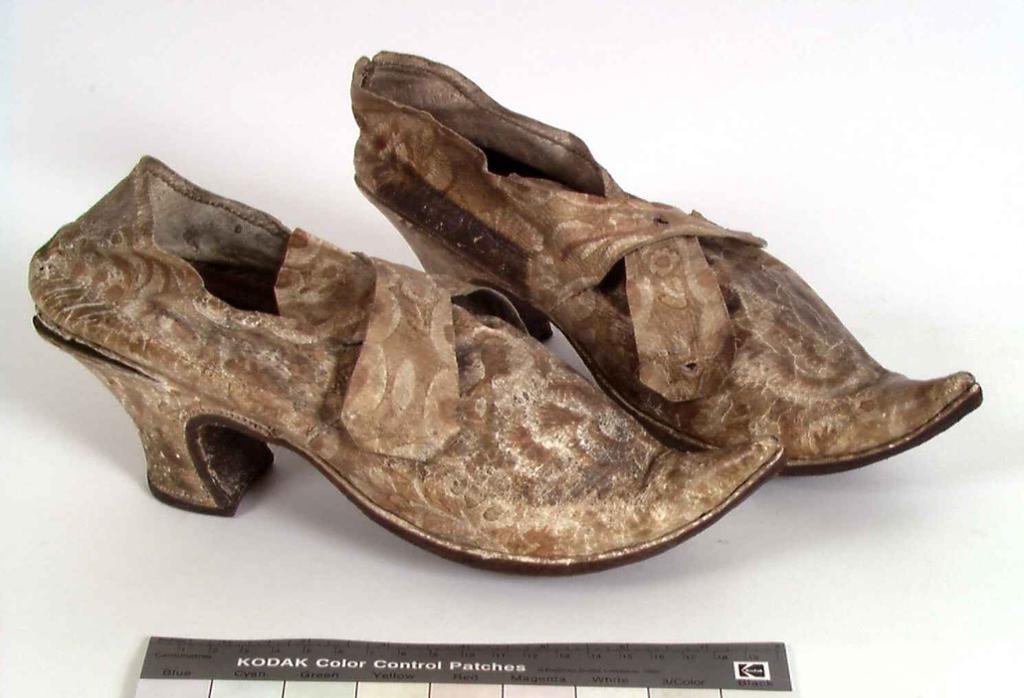 Brudesko med høye hæler, brukt i Nordland på 1700-tallet. Foto av gjenstand.