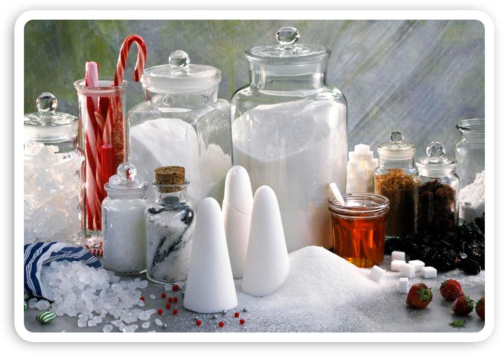 Ulike typer sukker og søtningsmidler på et bord. Foto.