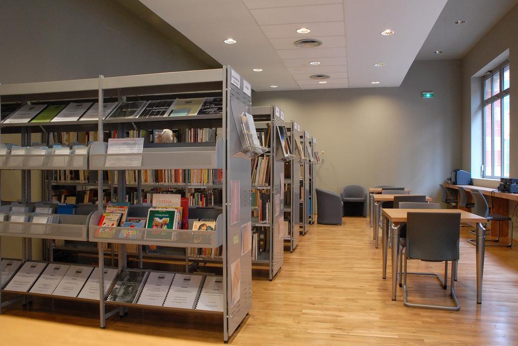 Arkivhyller i et bibliotek. Foto.
