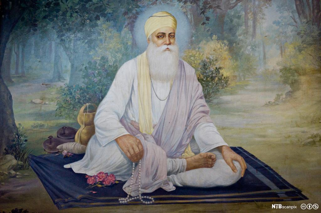 Mann med hvitt skjegg, kjortel og turban sitter på teppe. Illustrasjon