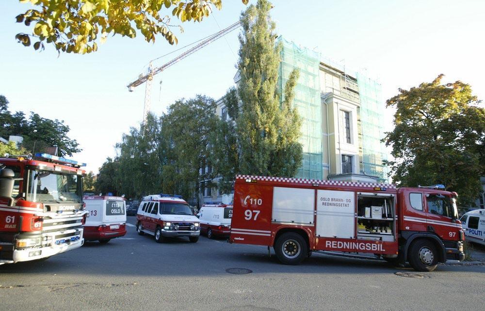 Sykebiler og brannbiler parkert i ei gate.foto.
