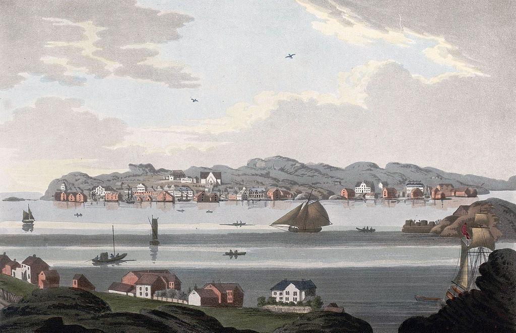 Kristiansund med bebyggelse og båter i havnen, anno 1800. Håndkolorert illustrasjon.