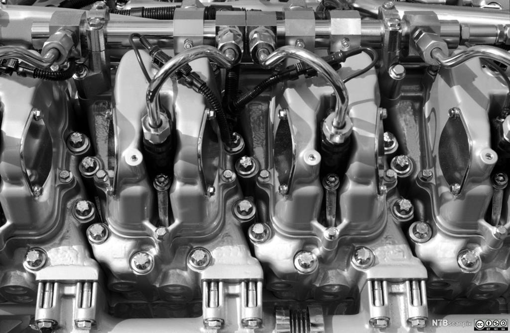 Motor med tennplugger. Foto.