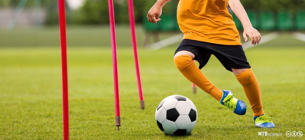 Ung fotballspiller på treningsøkt på fotballbane. Foto.