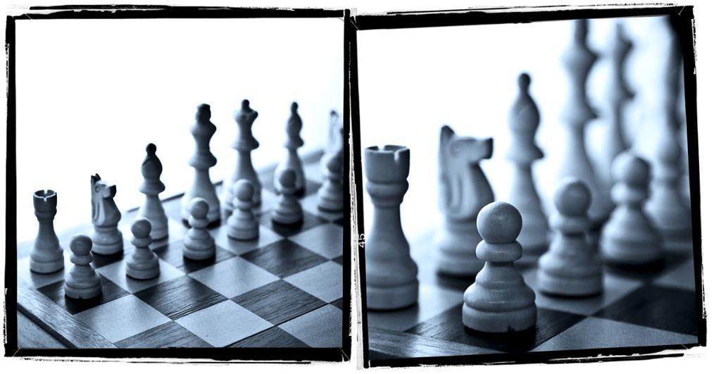 Sjakkbrikker på et sjakkbrett. Foto.