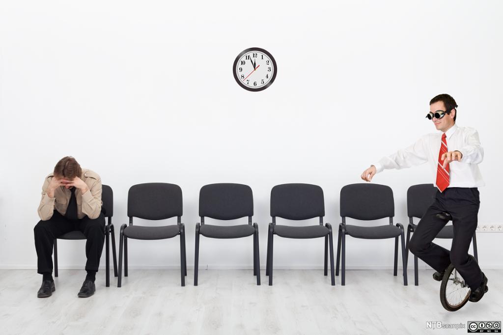 Bilde av to jobbkanditater som venter i et venterom. Foto.