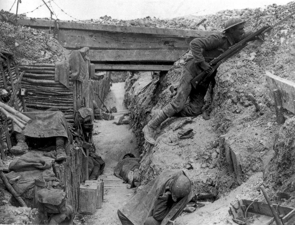 Britiske soldater fra the Chesire Regiment okkuperer en tysk skyttergrav under slaget ved Somme i 1916. Foto.