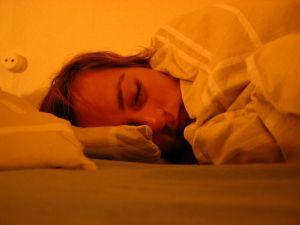 Bildet viser en dame som sover