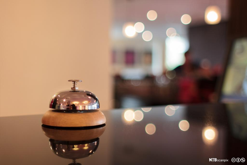 Ringeklokke på en hotelldisk. Foto.