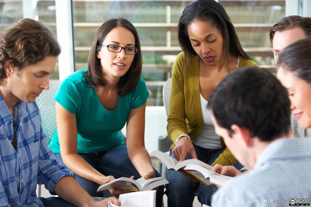 Unge mennesker som snakker sammen i gruppe. Foto.