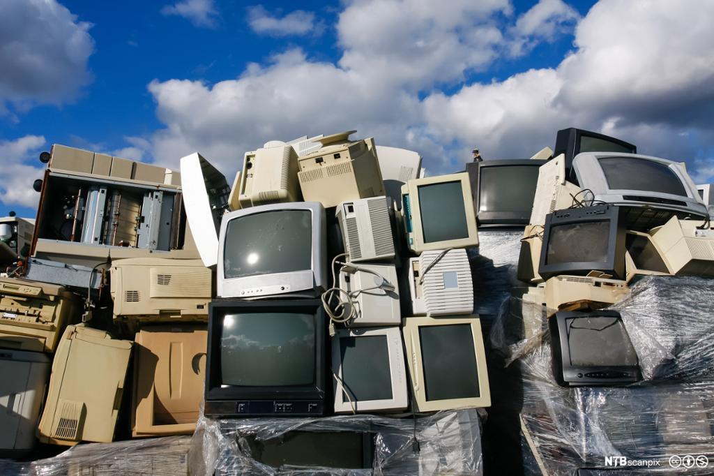 Stor haug av dataskjermer som er kastet. Foto.
