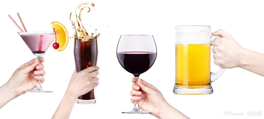 Glass med ulik drikke skåles mot hverandre. Foto.