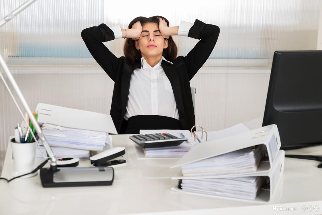Sliten regnskapsmedarbeider på kontor. Foto.