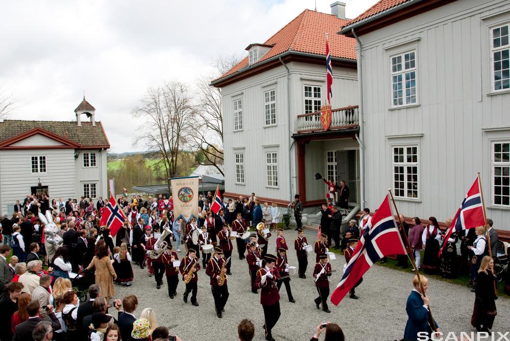 17. mai ved Eidsvollbygningen. Foto.