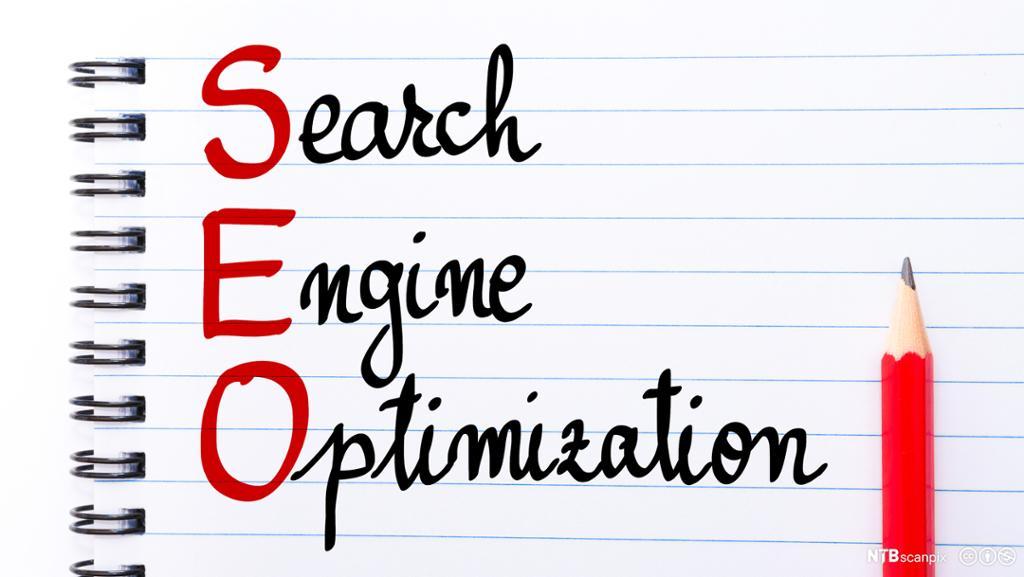 Notblokk der det er skrevet SEO Search Engine Optimization. Foto.
