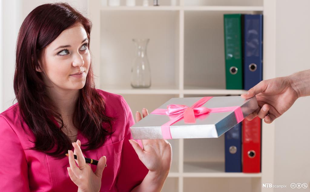 kvinne som ikke vil ta imot en gave.Foto.