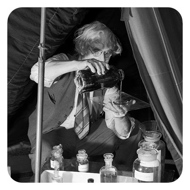 Fotograf som arbeider med kjemikalier.