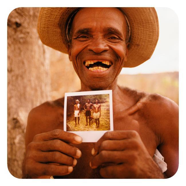 Mann med polaroidfotografi
