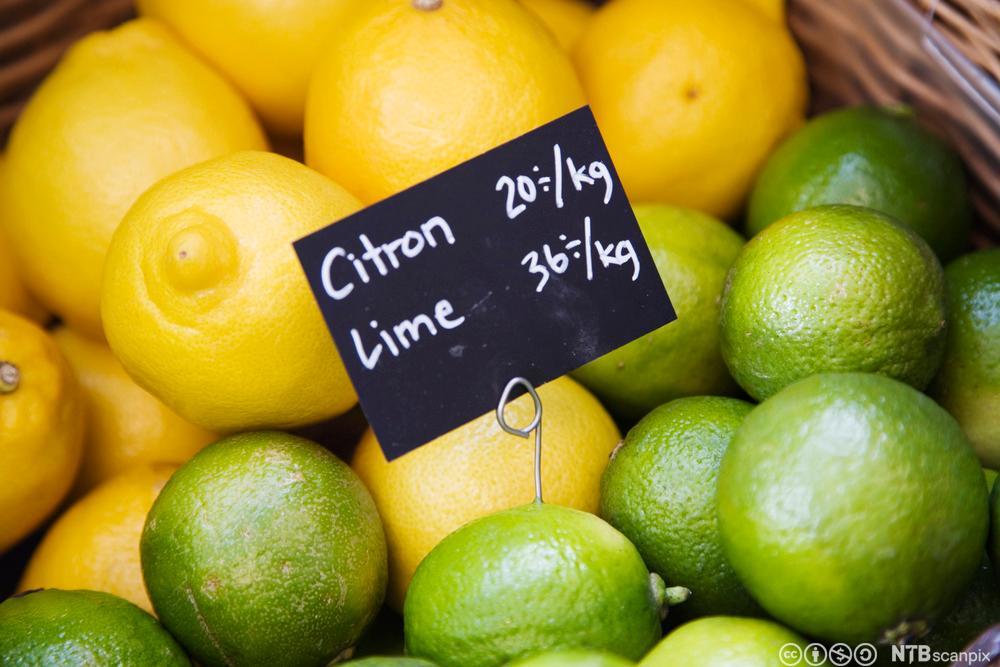 Sitron og lime med en prislapp på. Foto.