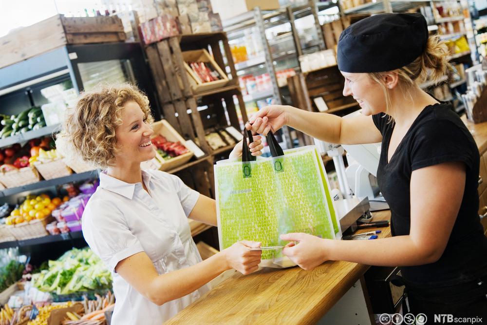 Kvinne kjøper mat. Foto.