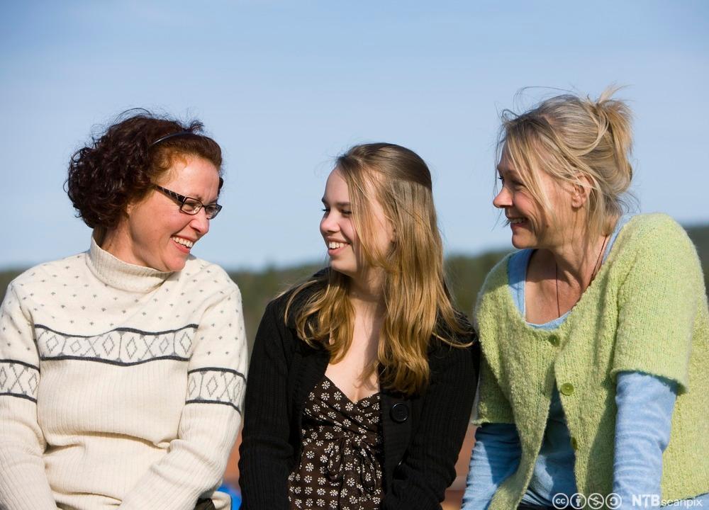 Tre kvinner i forskjellige aldre. Foto.