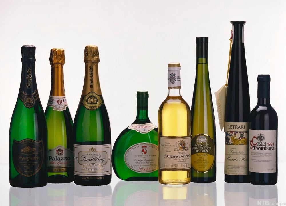 Bilde av flasker med dessertviner og champagne. Foto.
