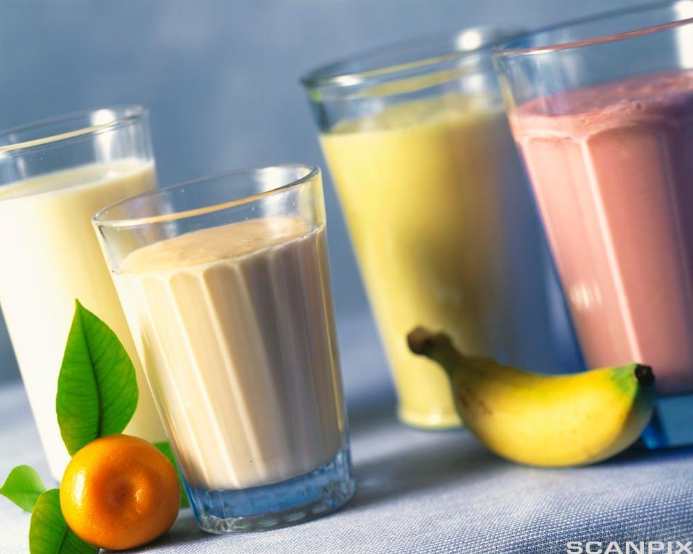Glass med fire ulike milk shaker. Foto.