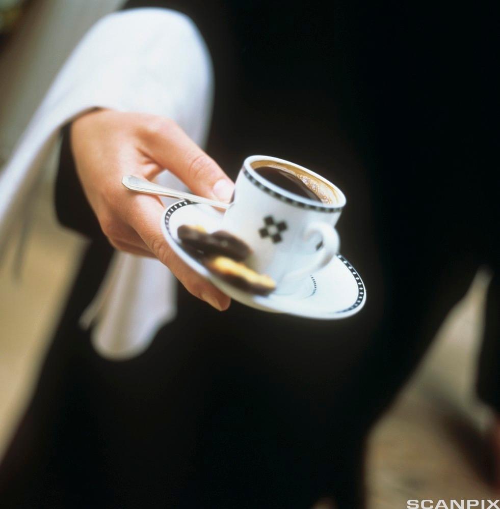 Servering av kaffi. Foto.