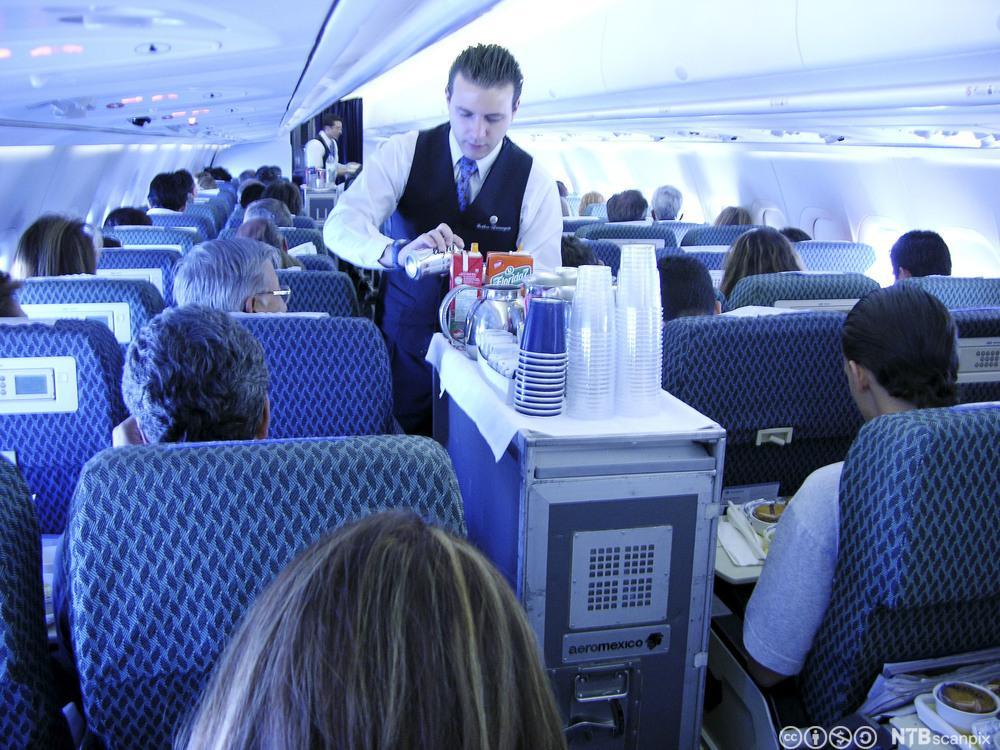 Flyvert yter service i kabinen. Foto.