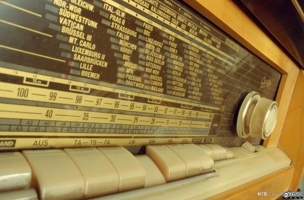 Frekvensskala på eldre radio. Foto.