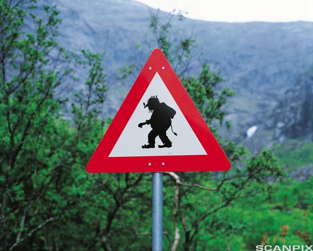 Skilt som viser troll i veibanen. Foto.