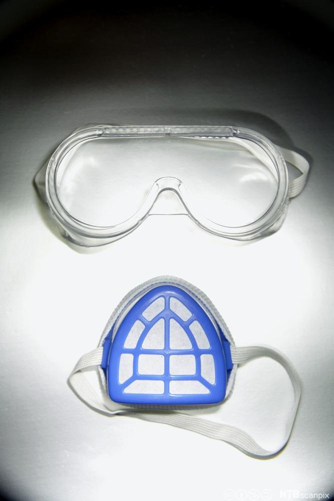 Vernebriller og andedragsmaske. Foto.
