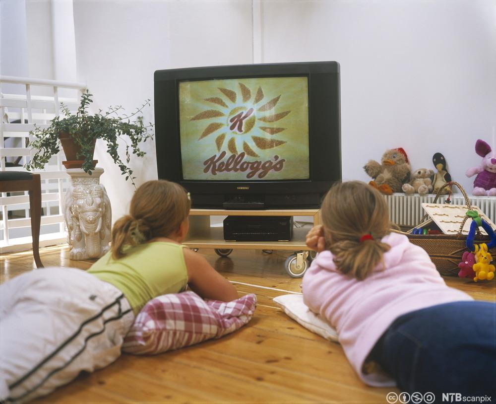 To jenter ser på TV. Foto.