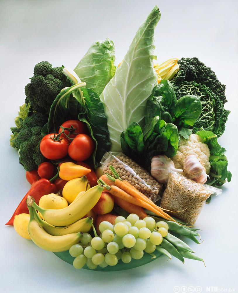 En mengde grønnsaker, frukt, frø og korn. Foto.