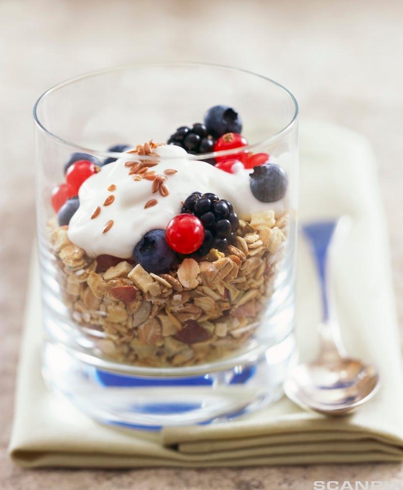 Fiberrik musli med yoghurt, bær og linfrø. Foto.