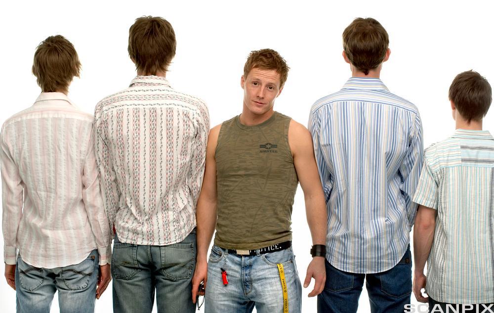 Fire gutter står med ryggen til og en gutt med ansiktet fram. Foto.