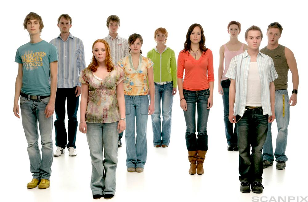Mange ungdommer står i flere rekker vendt mot kamera. foto.