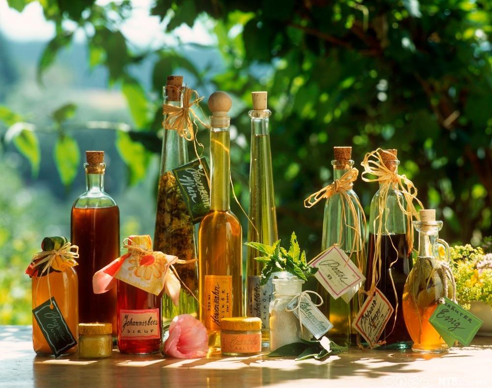 Flasker med urteoljer og urtelikører. Foto.