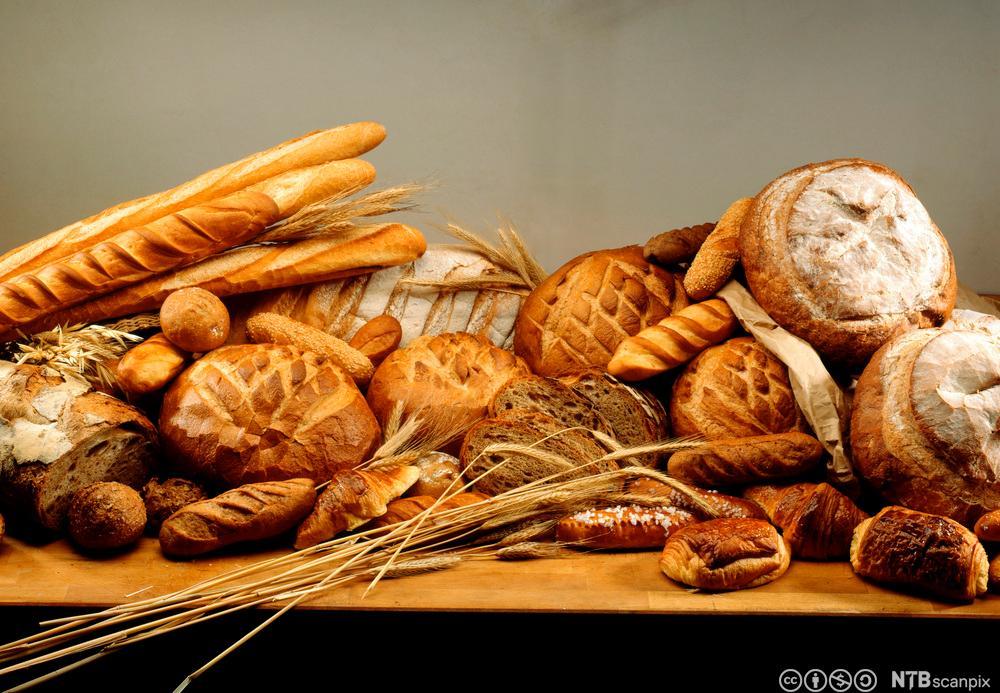 Ulike typar bakverk og kornaks på ein benk. Foto.