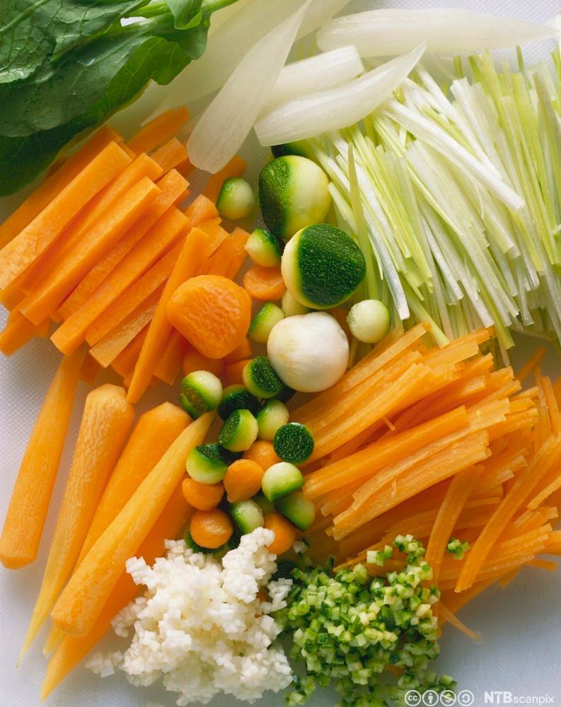 Ulike typer grønnsaker oppdelt på forskjellige måter. Foto.