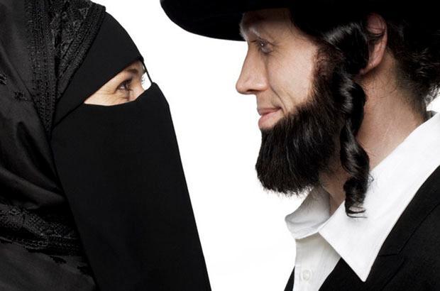 Bilde av en kvinnelig muslim og en mannlig jøde som står overforhverandre og ser hverandre inn i øynene