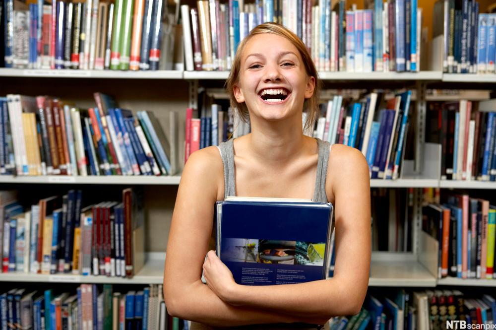 Jente på bibliotek
