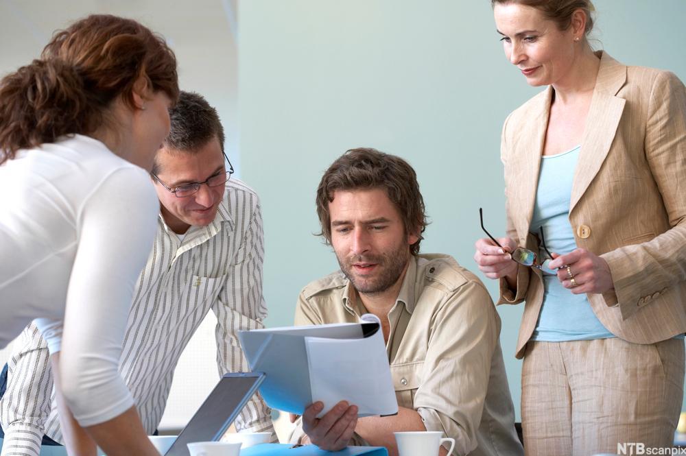 Bilde av et reklameteam som diskuterer en ide. Foto.