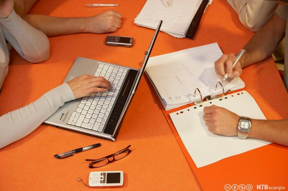 ungdom som samarbeider om notater. Foto.