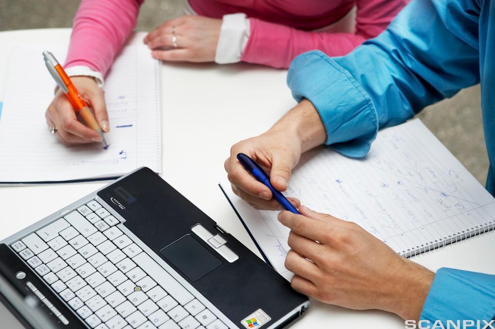 Planlegging med PC og notater. Foto.
